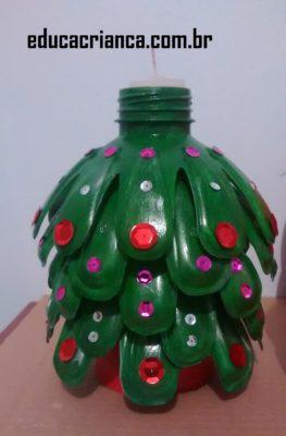 Papai Noel e pinheiro de garrafa pet