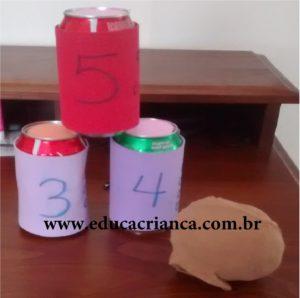 Jogo de contagem com latas